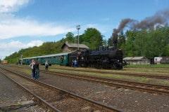 čtyřkolák 434.1100 s vlakem v Lužné